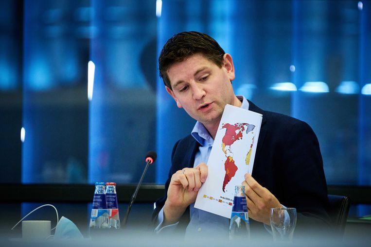 D66-Kamerlid Jan Paternotte tijdens het debat met een deel van de kaart met daarop de risicolanden  Beeld ANP - Phil Nijhuis