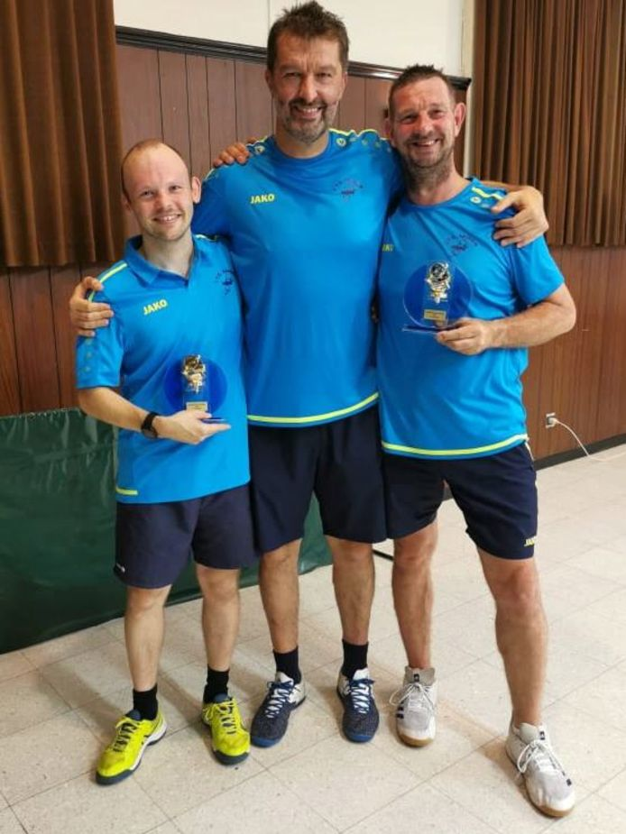 Winnaars van het dubbelkampioenschap van TTC Aaigem David Defrère en Brecht De Sutter met in het midden de voorzitter Jean Paul.