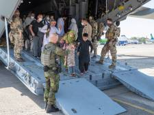 TERUGLEZEN | Negen Nederlanders geëvacueerd, wanhopige Afghanen geven kinderen aan soldaten VS