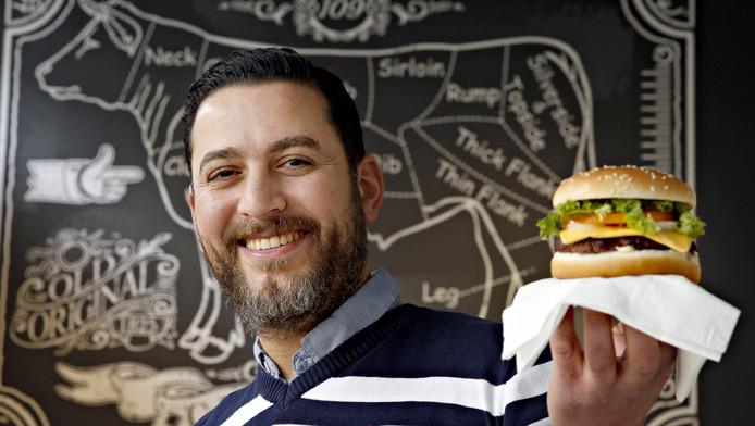 Yamani Hitli met zijn halalburger, die Rotterdam moet veroveren. The Hamburger House aan de Nieuwe Binnenweg opent volgende week.
