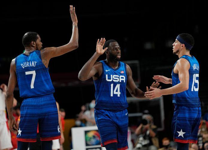Kevin Durant (rugnummer 7) met teamgenoten Draymond Green (14) en Devin Booker (15) tijdens de wedstrijd tegen Spanje.