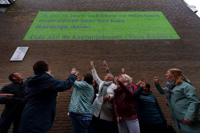Muurschildering van Wortelgroep onthuld in brandgang Bergen op Zoom