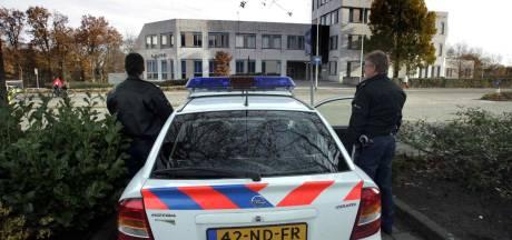Dief berooft bejaarde man vlak voor politiebureau Bergen op Zoom, agenten zien alles gebeuren