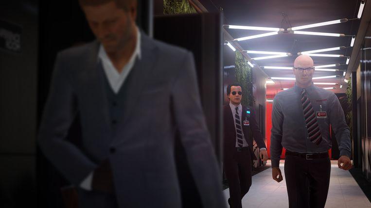 Spelerpersonage Agent 47, op het punt om zijn slag te slaan op de door Bean vertolkte huurmoordenaar. Beeld WB Games