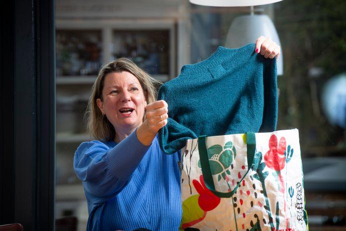 Mieke van Elk uit Lochem met een trui uit haar kledingkast. Als het aan haar ligt een perfect kledingstuk om door te geven aan een nieuwe eigenaar.