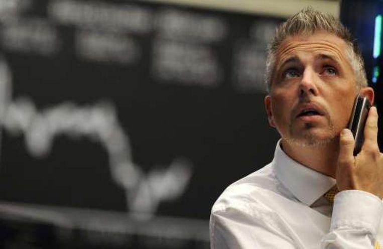 Beursmakelaar Dirk Müller bekijkt de dalende DAX-beurskoersen in Frankfurt. Beeld UNKNOWN