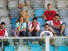 Harde kern Ajax-fans massaal naar Doetinchem om kampioensfeest te vieren, met of zonder wedstrijdkaartje