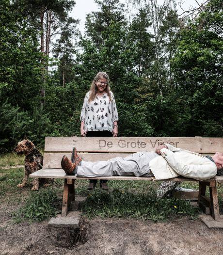 Natuurgenieter (75) schenkt nieuw zitbankje bij bosven: 'Ik miste mijn rustpuntje'