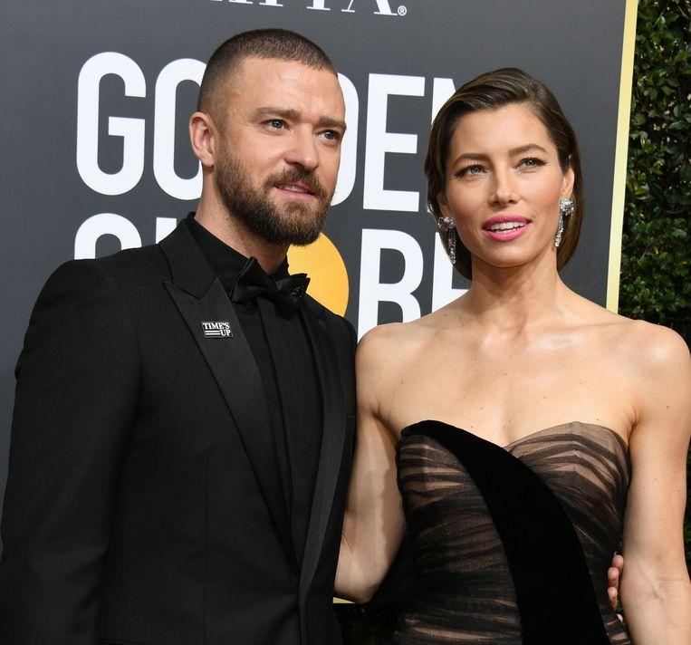 Zanger en acteur Justin Timberlake en actrice Jessica Biel arriveren samen op de rode loper. Timberlake hulde zich voor de gelegenheid volledig in het zwart. Beeld AFP