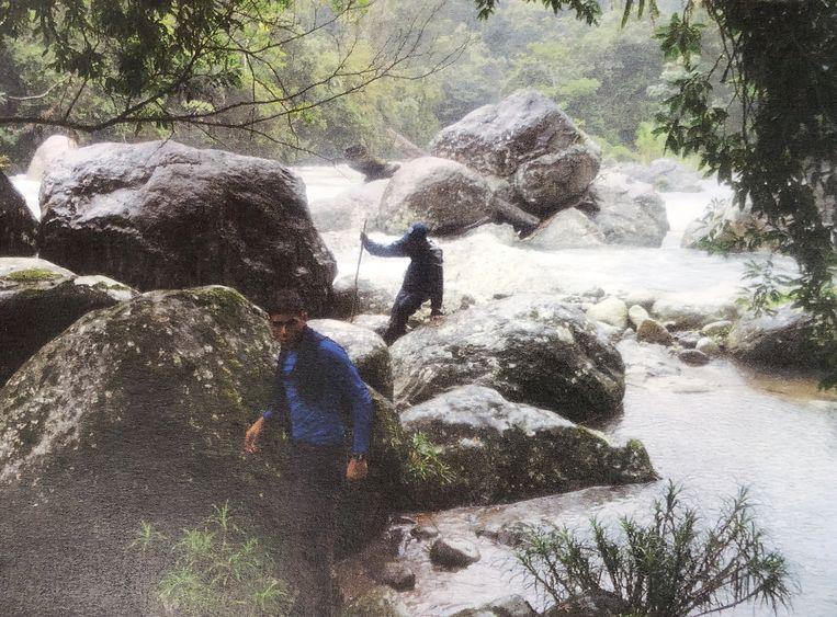 De rugzak werd aangetroffen tussen de stenen op de achtergrond. Beeld Uit boek Verloren in de jungle