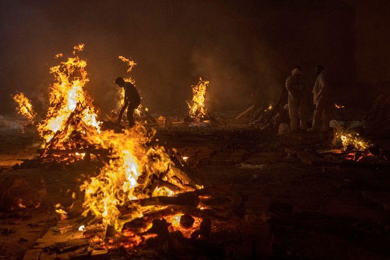 Brandstapels van lijken in New Delhi. Beeld REUTERS
