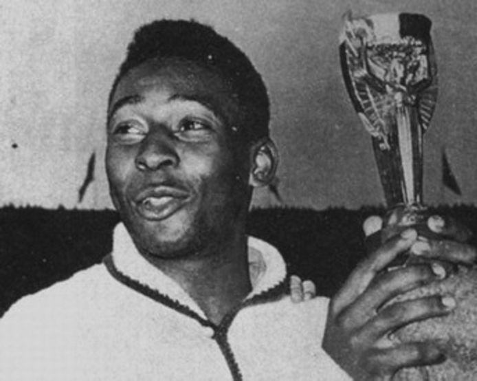 Pelé in 1958 met de WK-trofee.