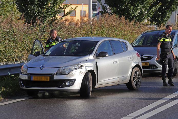 Politie controleert de beschadigde auto.