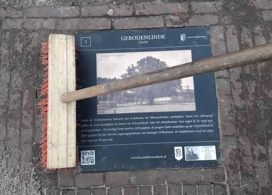 Attentietegel van de Gebodenlinde op de Vrijthof in Hilvarenbeek
