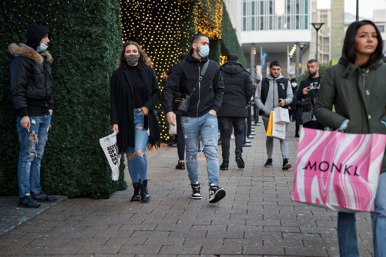 Winkelend publiek in het centrum van Rotterdam. Beeld Arie Kievit/de Volkskrant