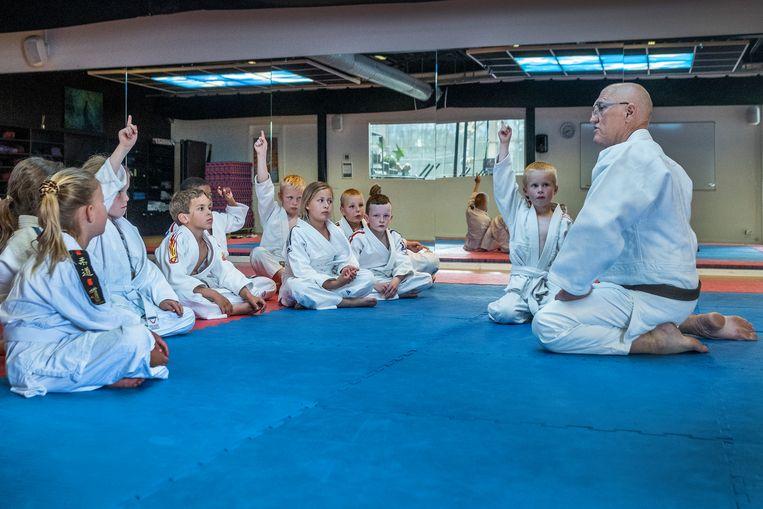 Ron van Raaphorst (rechts)  in zijn judoschool. Beeld Patrick Post