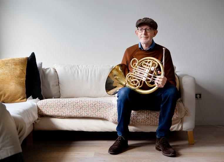 Jan Breukel heeft zijn hoorn verkocht. Voor de foto leende hij van een oud-collega een instrument van dezelfde bouwer. Beeld Pauline Niks