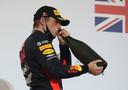 Max Verstappen geniet van een slokje op het podium na zijn tweede plaats in Bahrein.