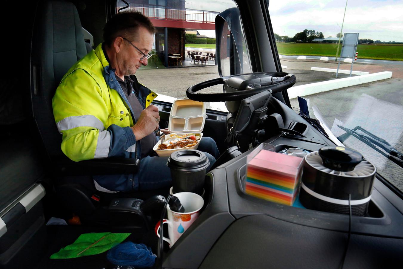 Ook vrachtwagenchauffeurs mogen hun maaltijd niet meer in een restaurant opeten. Triest, vindt chauffeur Martin Ruyperts.