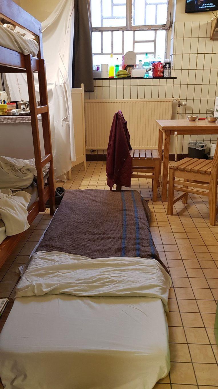 Sommige gedetineerden moeten op een matras op de grond slapen.