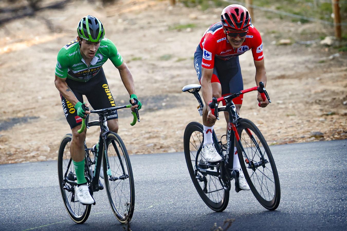 Primoz Roglic en Richard Carapaz, toen nog in de rode trui. Nu moet de Ecuadoriaan in het slotweekend van de Vuelta nog 45 seconden zien goed te maken op de Sloveense kopman van Jumbo-Visma.
