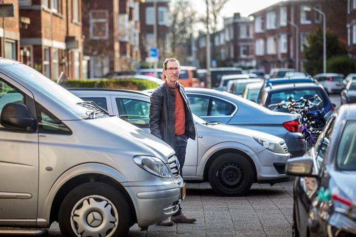 Verkamering en overbewonig in Rustenburg-Oostbroek verpesten de Haage wijk, zegt Sytze Ferwerda, hier tussen de talloze fout geparkeerde auto's in zijn wijk.