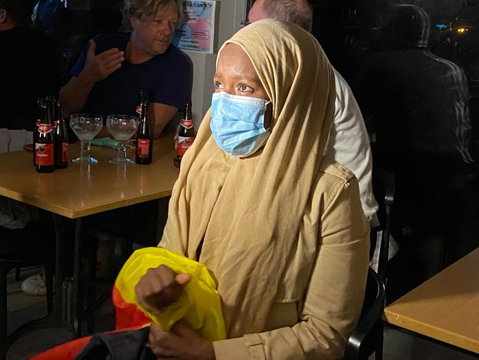 Nimo Mustafa, de vrouw van Bashir Abdi, in tranen na de medaillewinst, de Belgische vlag stevig omklemd