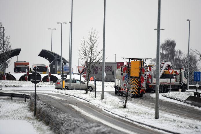 Aan Kampenhout-Sas staan bussen en vrachtwagens stil.