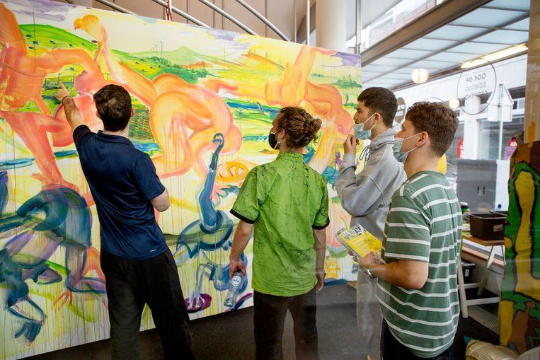 De jongens van HFC in het atelier van David Bade.  Beeld Pauline Niks