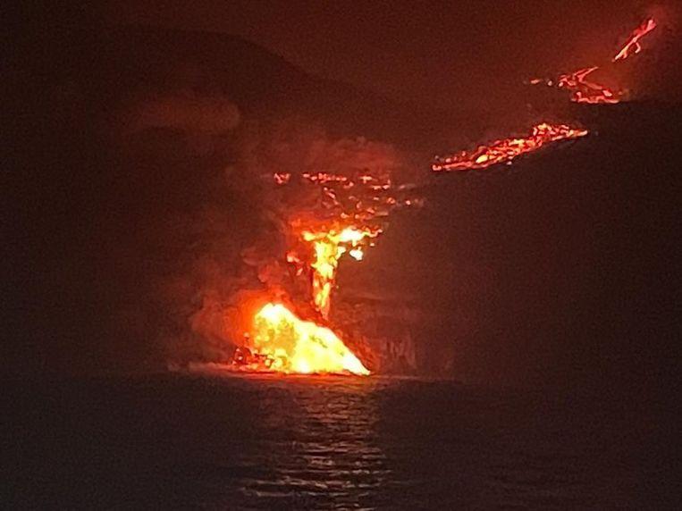 Lava van La Palma bereikt de oceaan. Beeld EPA