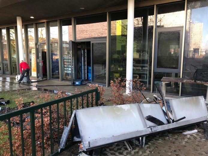 Een dag na de brand in het Zone.college in Doetinchem zijn medewerkers van calamiteitendienst Dolmans druk bezig met de schoonmaak