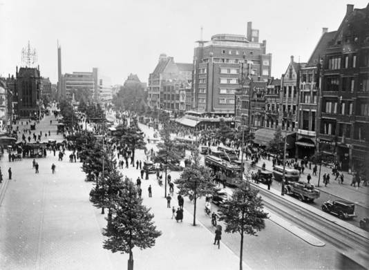 De Coolsingel in 1933 met rechts het Atlanta Hotel.