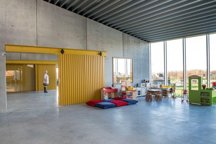 Het nieuwbouwcomplex in Westrozebeke omvat drie delen die gescheiden worden met verschuifbare wanden. Een kinderopvang, een polyvalente zaal en een kantine.