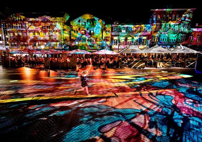 Het enorme lichtkunstwerk Immersive declaratrion van Pani zet de hele Markt in een betoverend licht.