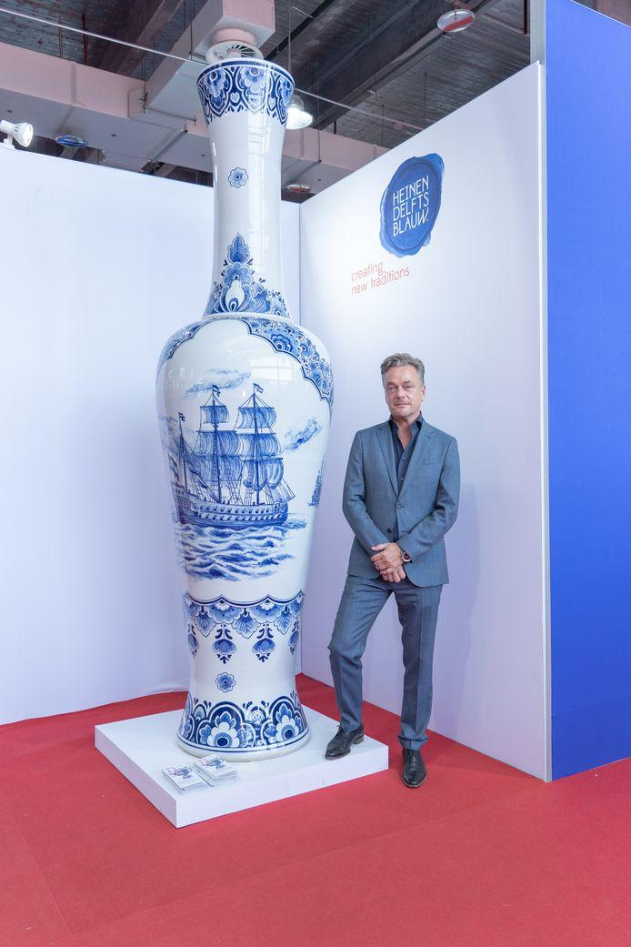 Jorrit Heinen bij één van de drie meter hoge, Delfts blauwe vazen.