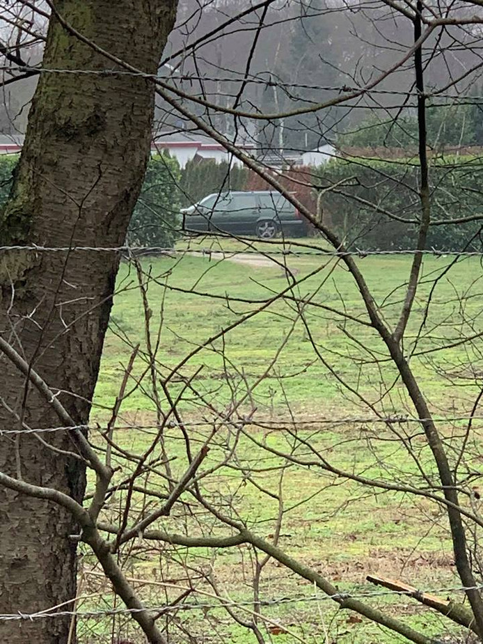 De auto die in Schaijk onbeheerd werd aangetroffen.