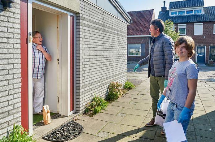 Pakketje voor deur zetten, aanbellen en op anderhalve meter afstand een praatje maken. Zo gaat het dezer dagen aan wel 1.300 voordeuren in de Schadewijk.