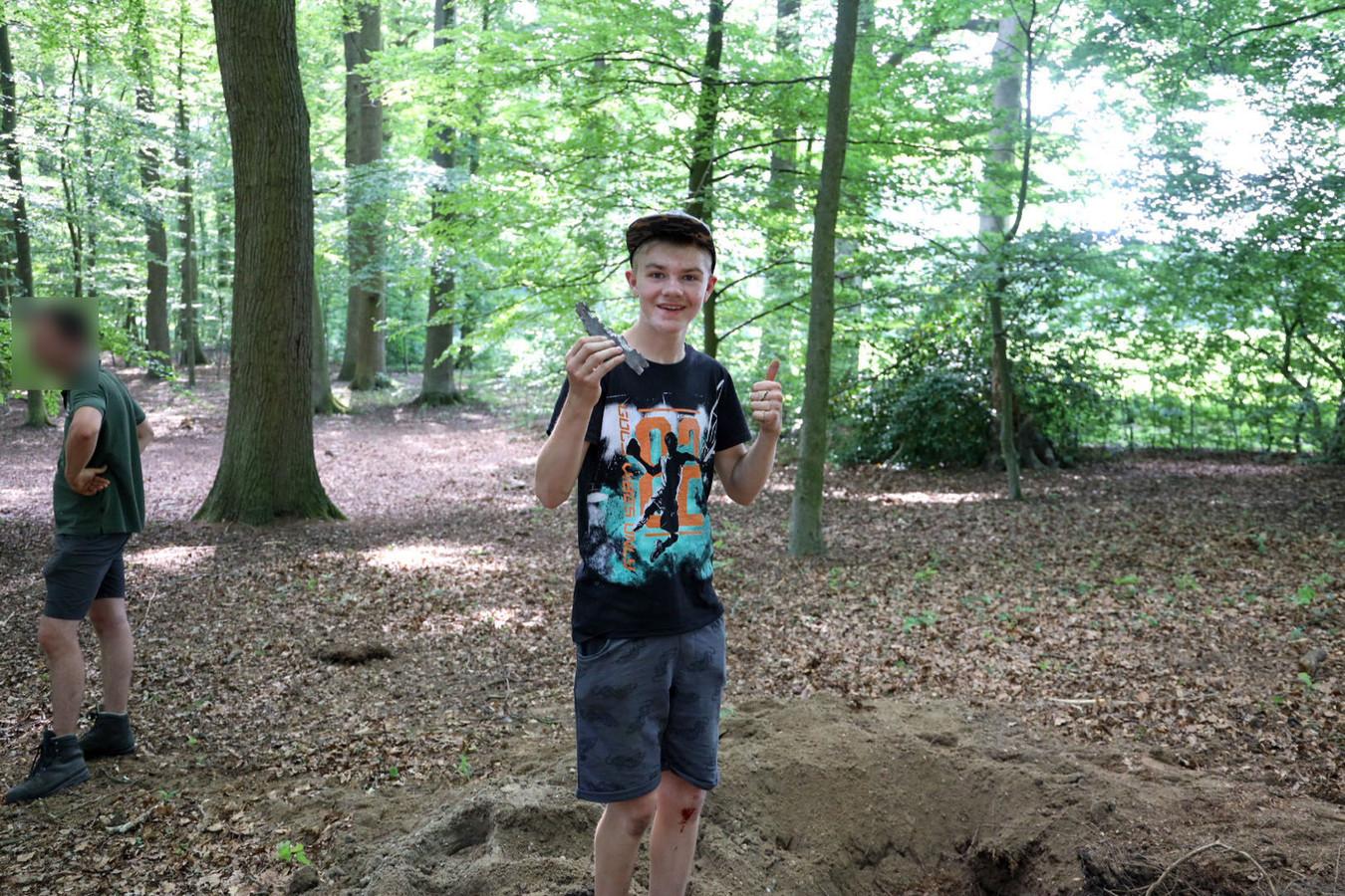 Rhavy met zijn aandenken aan de granaat die hij vond in Velp