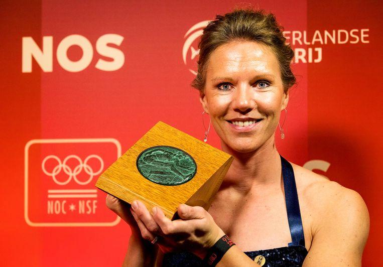 Esther Vergeer met de Fanny Blankers-Koen Carriereprijs op het NOC*NSF Sportgala 2016 Beeld anp