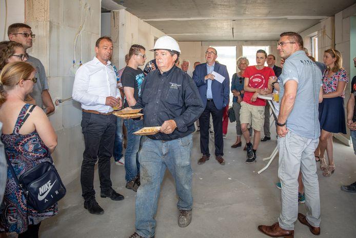Geen pannenbier, maar fris en zoutjes voor de mannen van de bouw. R&B Wonen en Zeeuwse Gronden vierden het hoogste punt van project Bosburg.