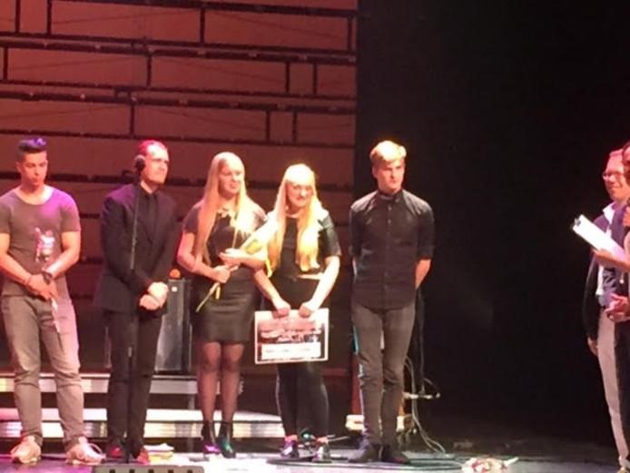 Flød (allen in het zwart) neemt de prijzen in ontvangst.