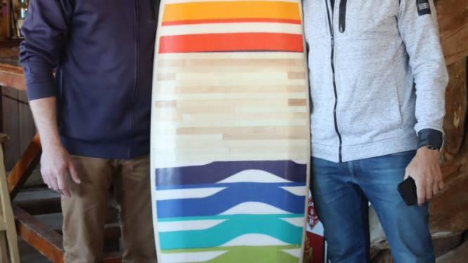 Surfplank van afval te zien in Surfers Paradise