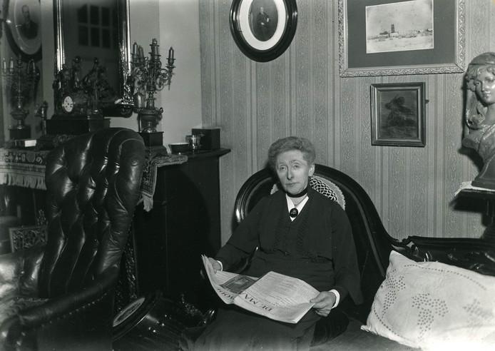 Mevrouw Van Dijk-van Well, vijftig jaar secretaris van de Elisabethvereniging voor arme kraamvrouwen (1936).