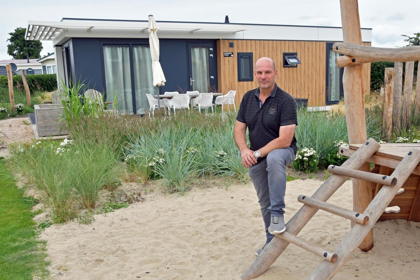 Parkmanager Wilco van Zoom van Zonneweelde bij een van de nieuwe chalets.