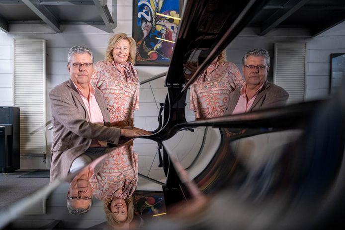 Alain Van Innis en zijn echtgenote Caro Van Huynegem in de pianowinkel op de Gentsesteenweg.