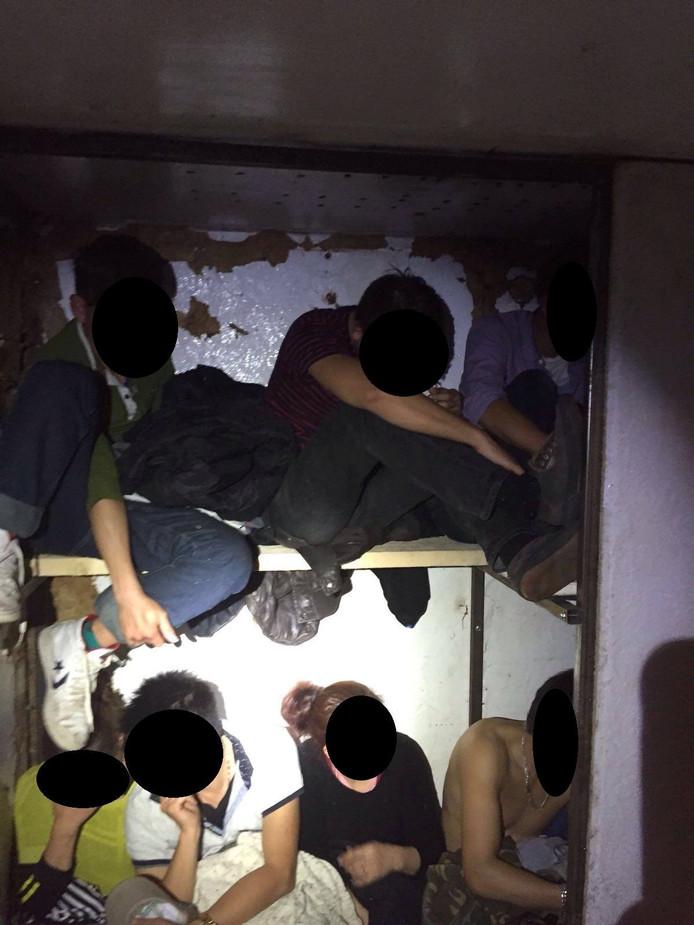 De vreemdelingen zaten in een verborgen ruimte in de vrachtwagen.