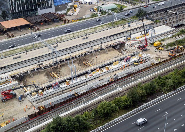 Het dak van de nieuwe reizigerstunnel van station Zuid wordt op zijn plek geschoven.  Beeld ANP