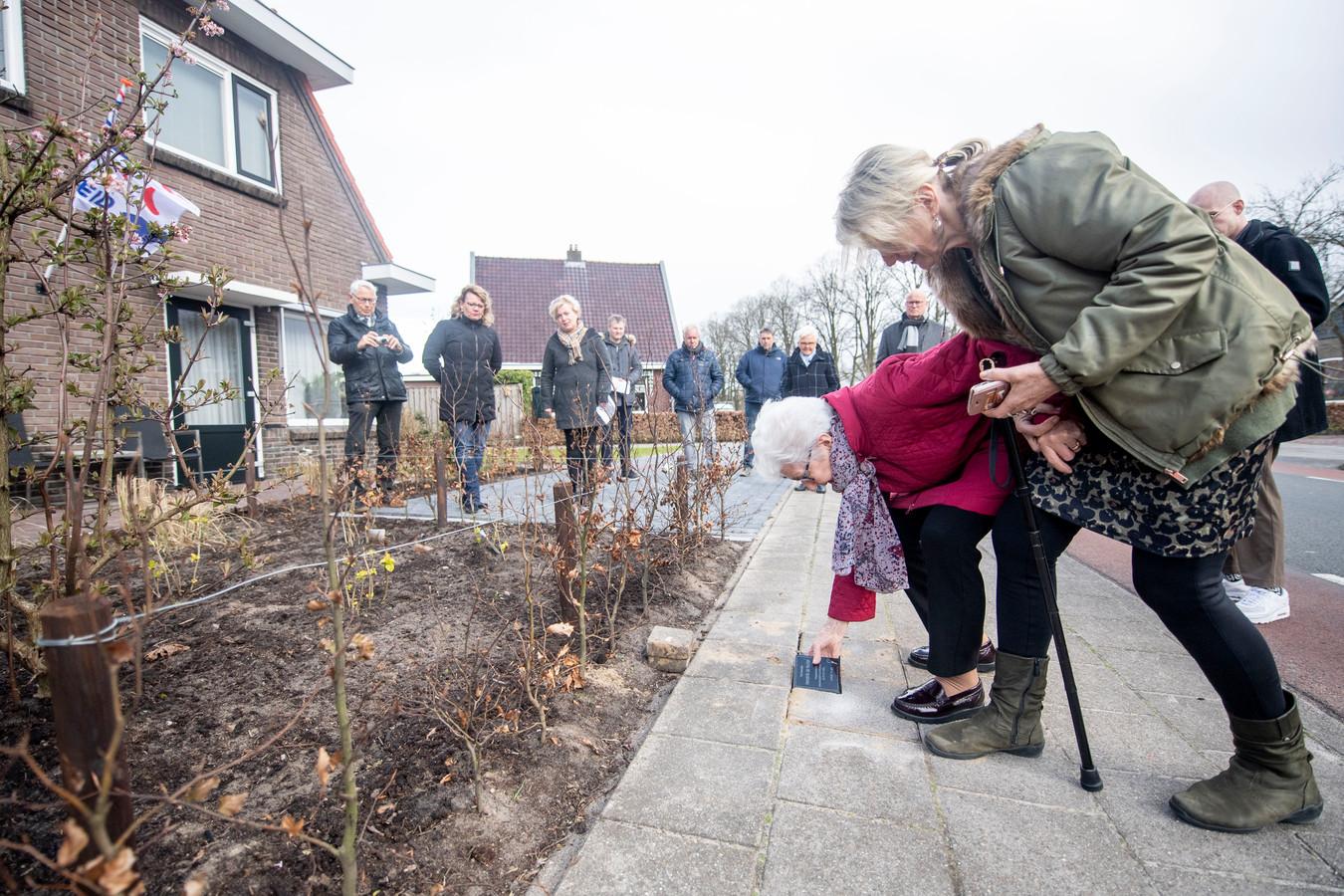 In Den Ham werden op verschillende locaties vijf herdenkingsstenen gelegd door nazaten van verzetsmannen die onder meer in februari '44 werden opgepakt tijdens de razzia.