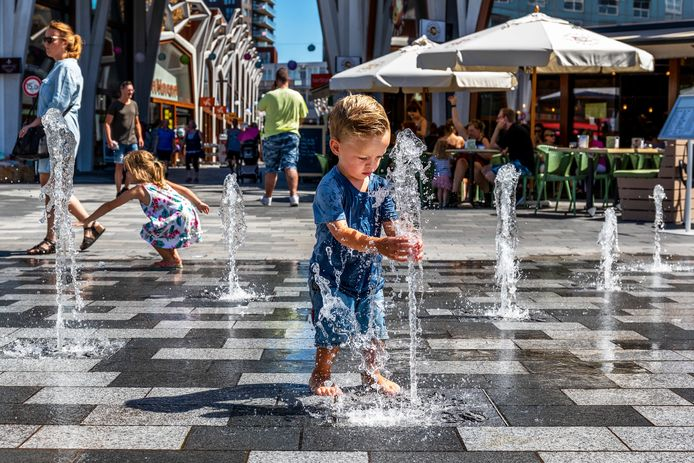 Kinderen op de vernieuwde markt.