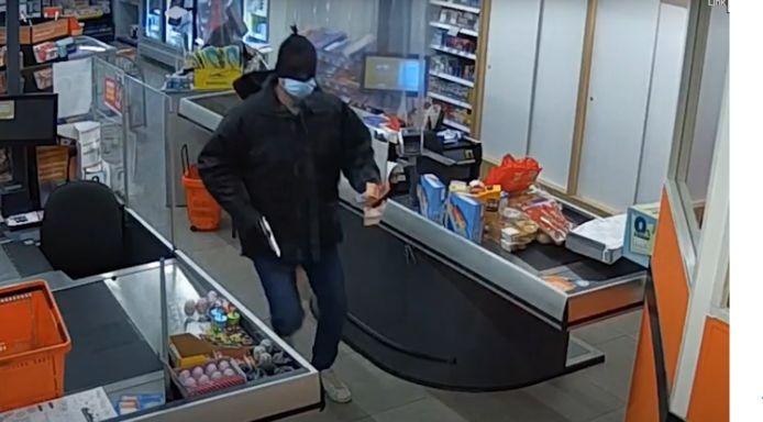 Screenshot van videobeelden die zijn gedeeld door de politie van een gewapende overval in een Coop in Nieuw-Dordrecht, Drenthe.